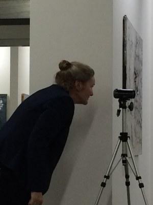 Sieglinde Bölz filmt die Ausstellungseröffnung